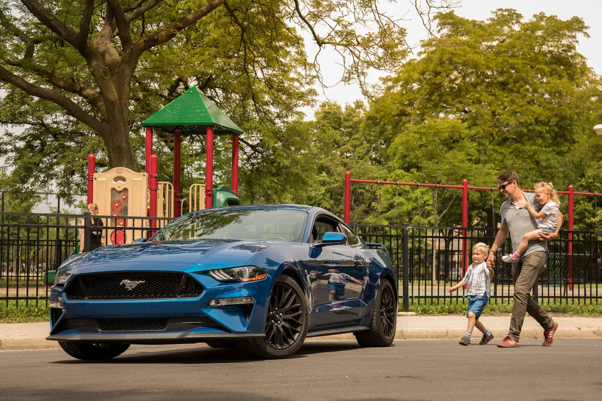 01-ford-mustang-gt-family-2018-blue-exterior