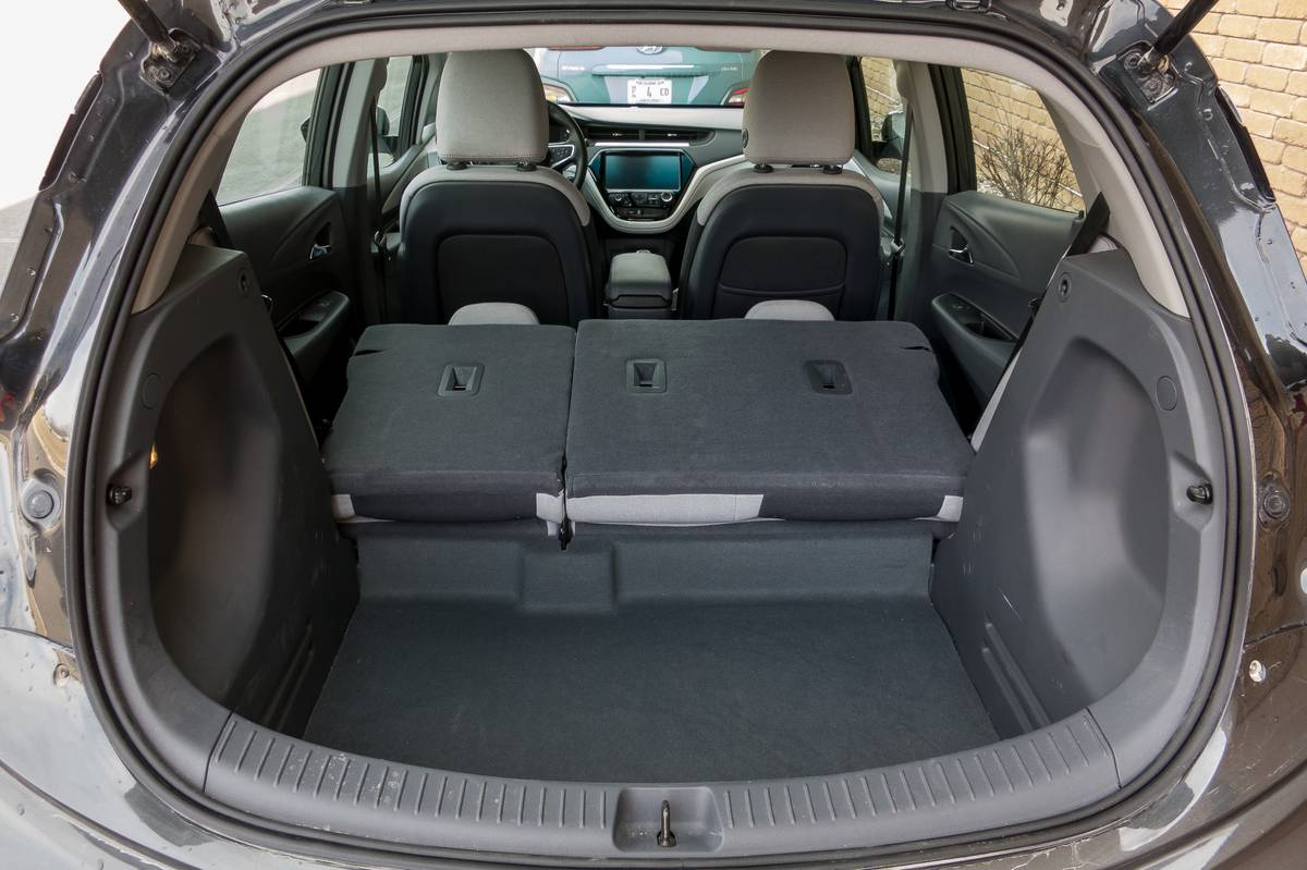 02-chevrolet-bolt-ev-2019-folding-seats--interior--trunk.jpg