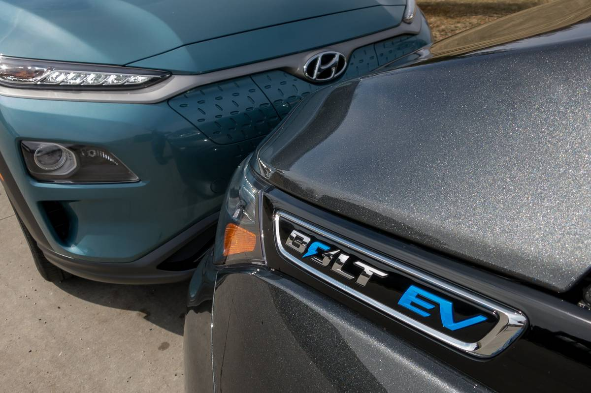 02-chevrolet-hyundai-kona-ev-and-bolt-ev-2019-blue--exterior--front--grey.jpg
