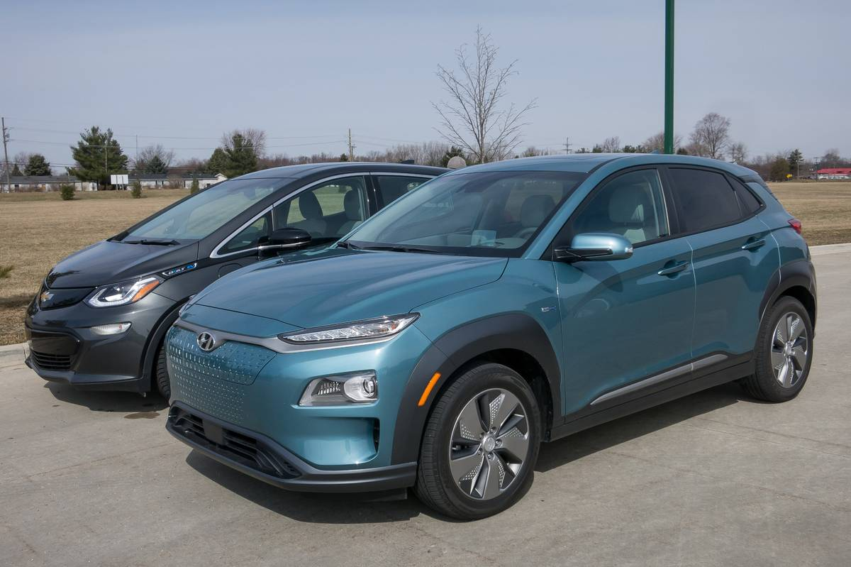 03-chevrolet-hyundai-kona-ev-and-bolt-ev-2019-angle--blue--exterior--front--grey.jpg