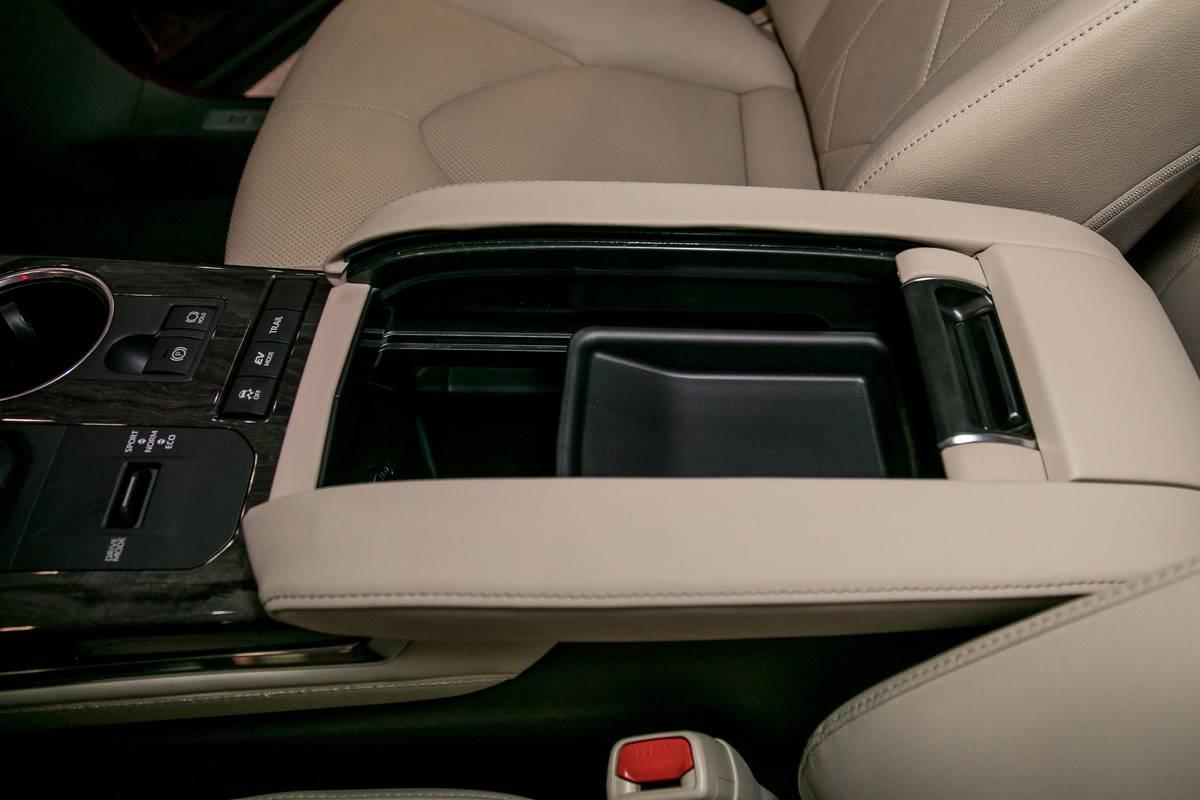 03-toyota-highlander-19-nyias-2020-armrest--center-console--front-row--interior--storage.jpg