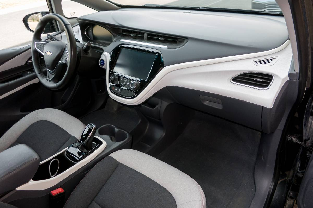 04-chevrolet-bolt-ev-2019-front-row--interior.jpg