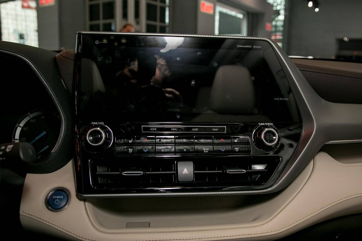 04-toyota-highlander-19-nyias-2020-center-stack-display--front-row--interior.jpg