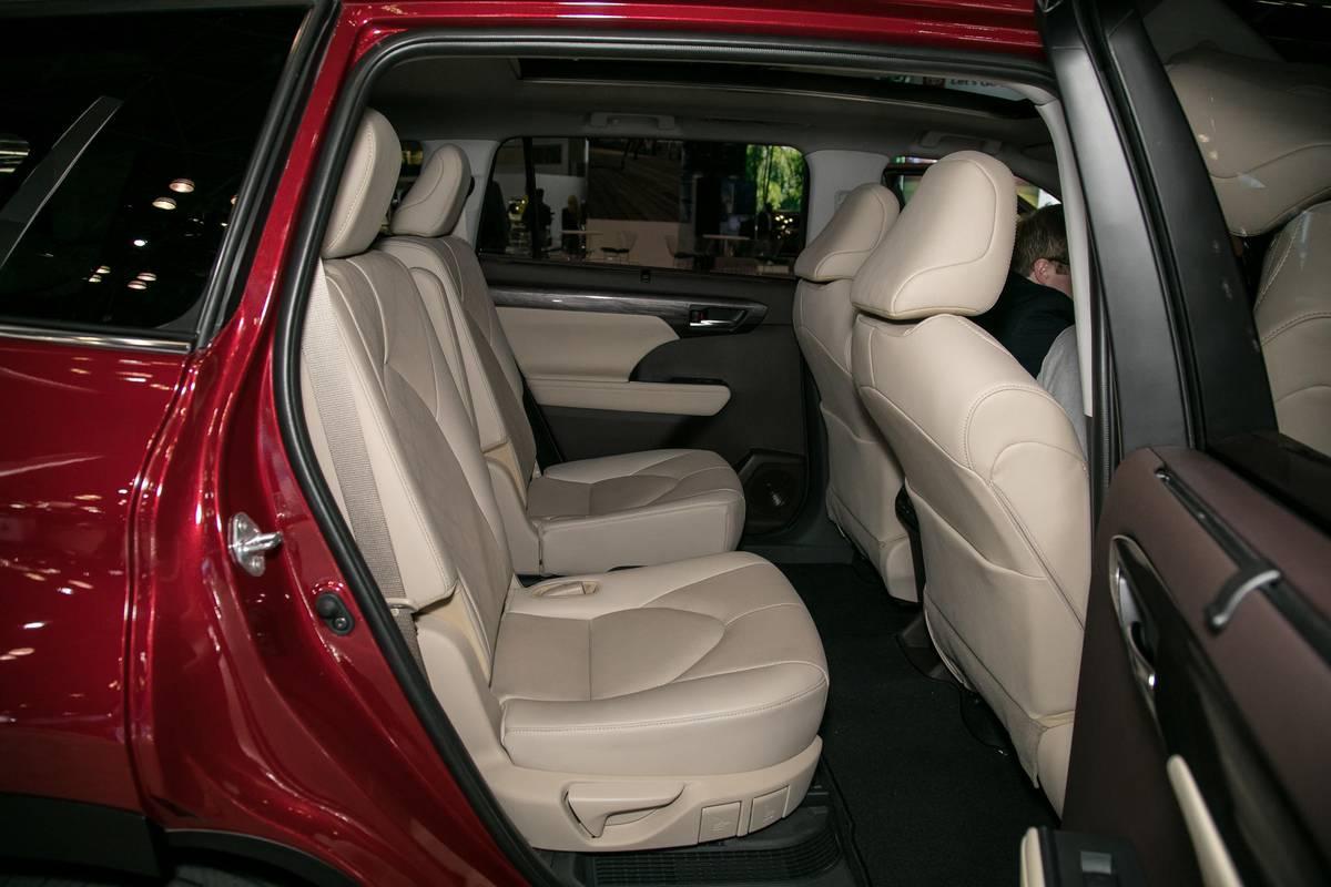 05-toyota-highlander-19-nyias-2020-interior--second-row.jpg