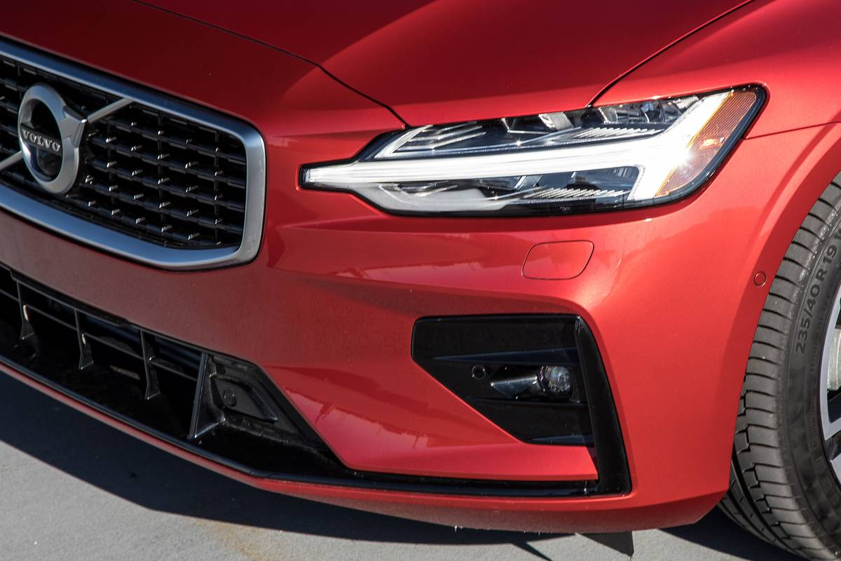 06-volvo-s60-2019-exterior-front-headlights-red1