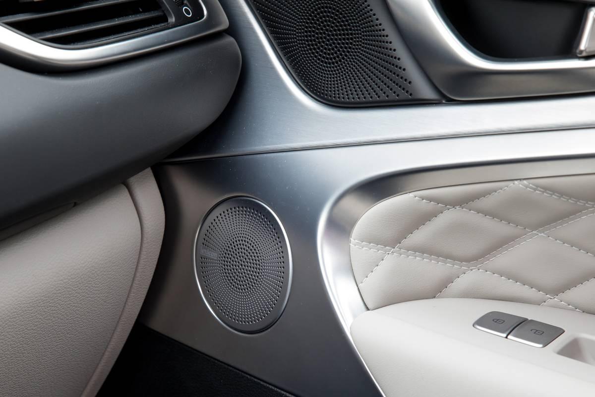 07-genesis-g70-2019-audio-system--doors--interior.jpg