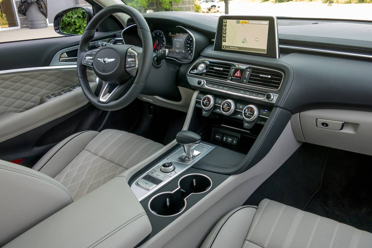 09-genesis-g70-2019-cockpit-shot--front-row--interior.jpg