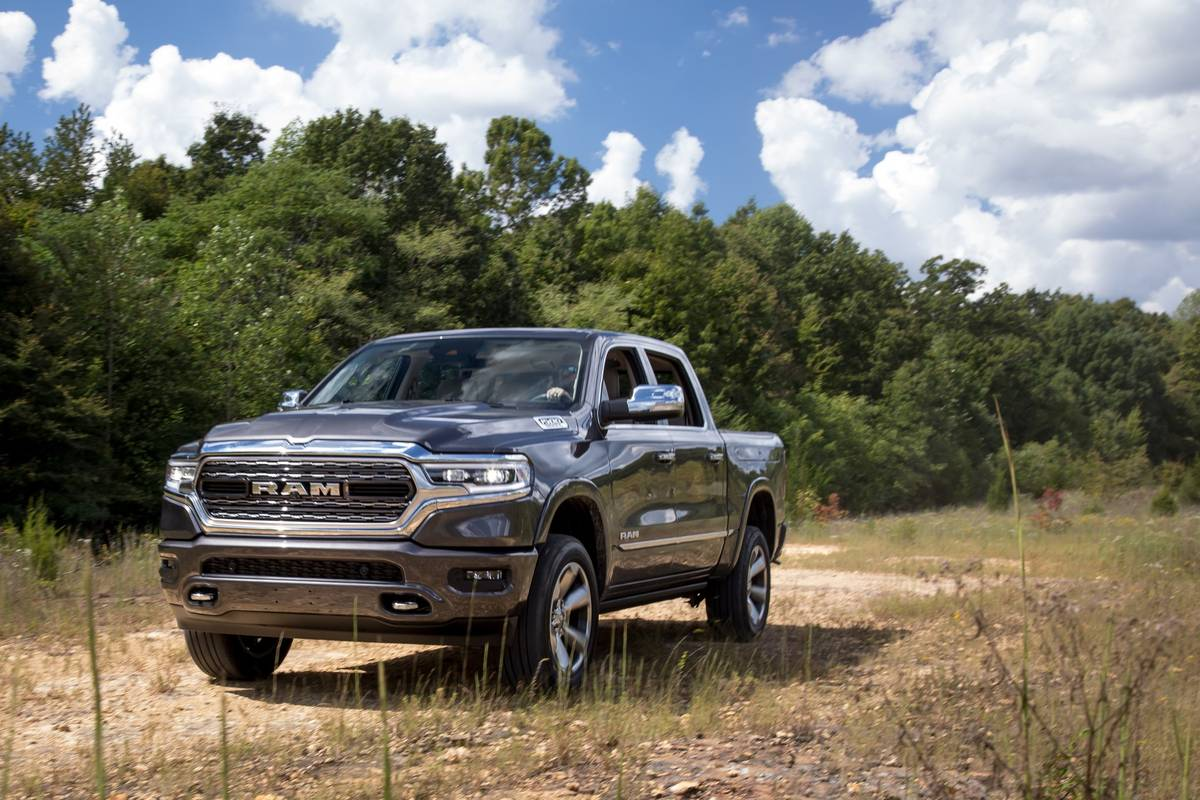 11-ram-1500-limited-crew-cab-2019-angle--black--exterior--front.jpg