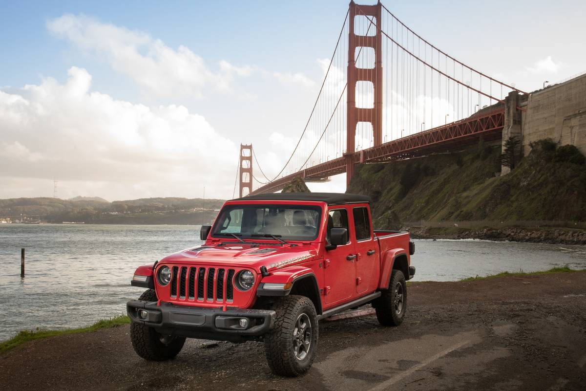 19-jeep-gladiator-rubicon-2020-angle--exterior--front--ocean--red.jpg