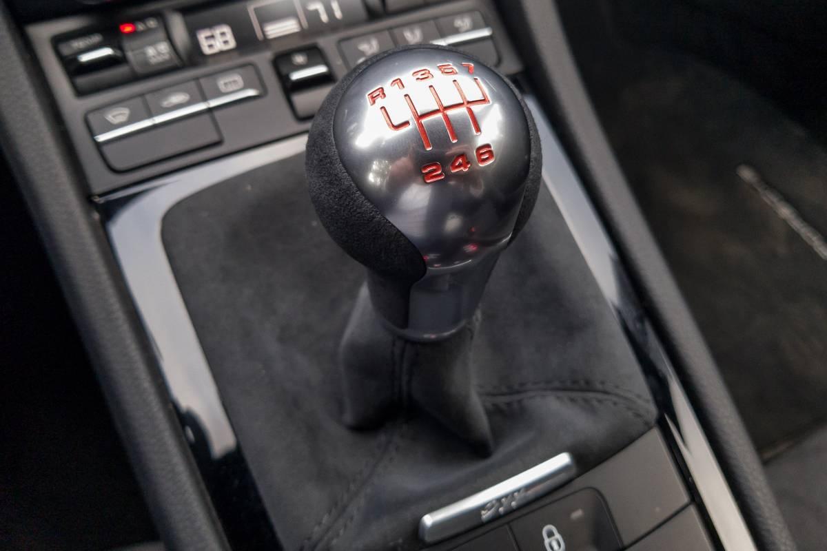 19-porsche-911-carrera-t-2018-gearshift--interior.jpg