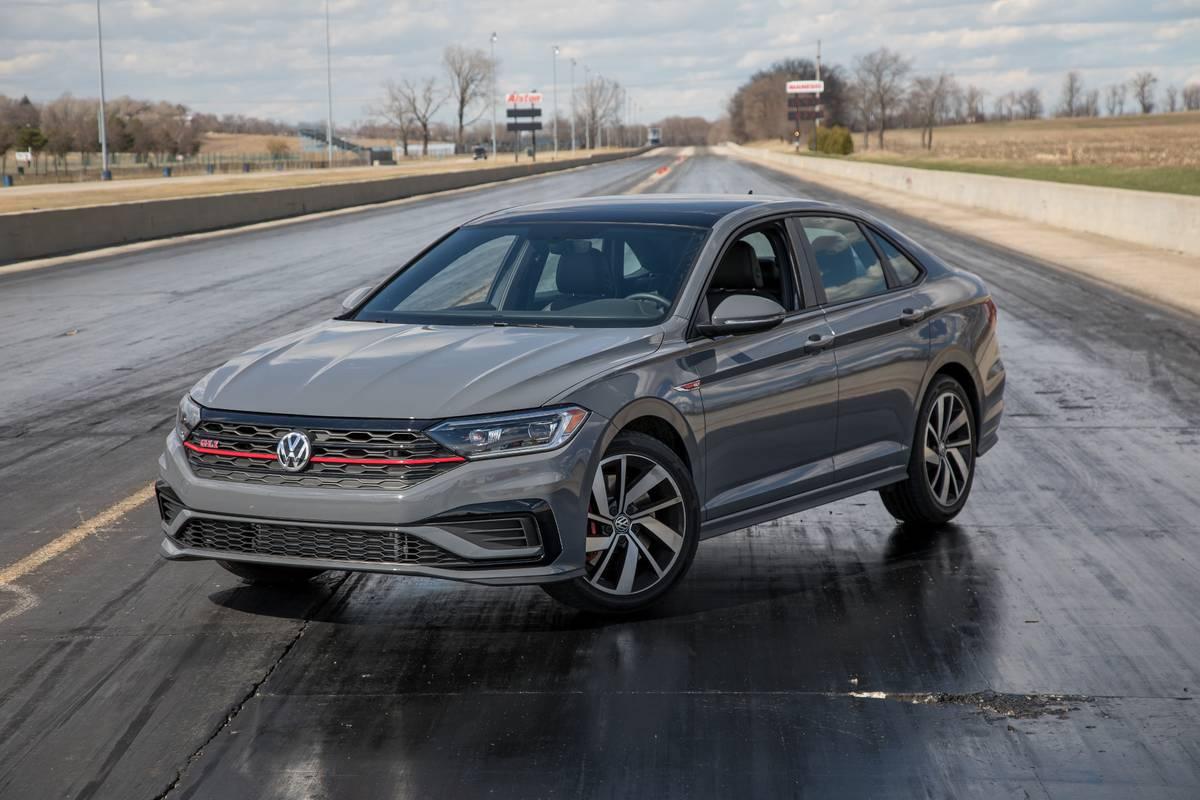 20-volkswagen-jetta-gli-2019-angle--exterior--front--grey.jpg