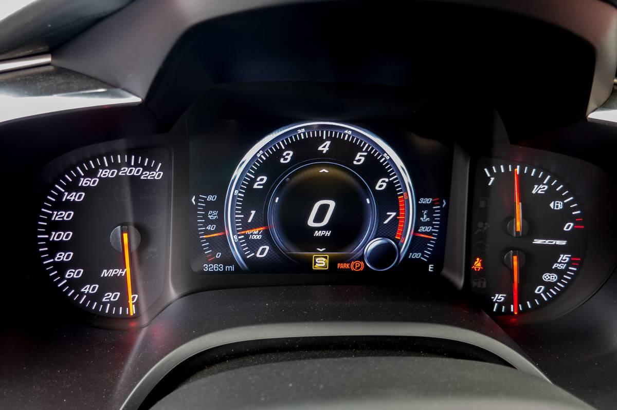 35-chevrolet-corvette-z06-2017-instrument-panel-interior.jpg