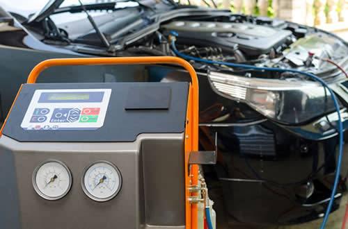 Testing the refrigerant pressure of a car