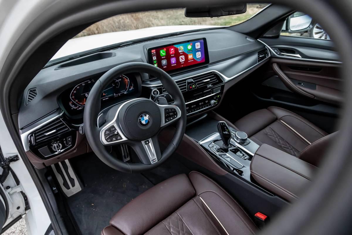 bmw-540i-x-drive-2021--17-cockpit-shot--dashboard--front-row--interior.jpg