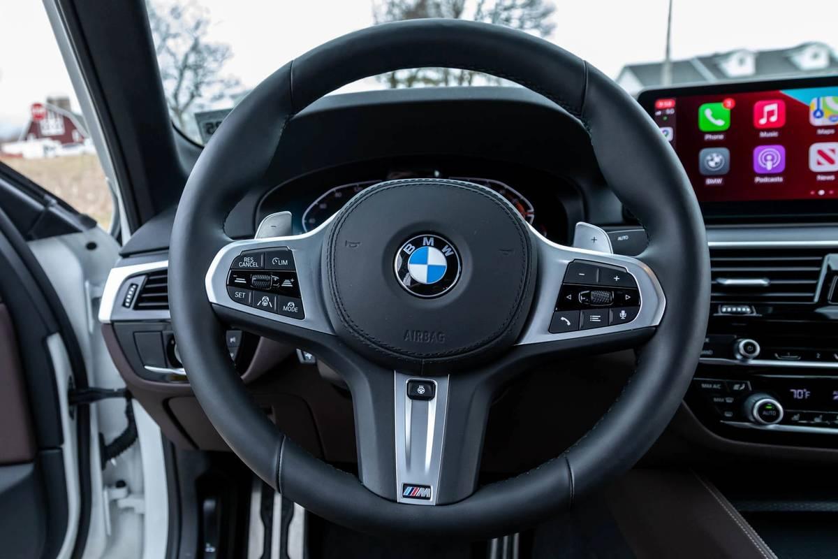 bmw-540i-x-drive-2021--20-front-row--interior--steering-wheel.jpg