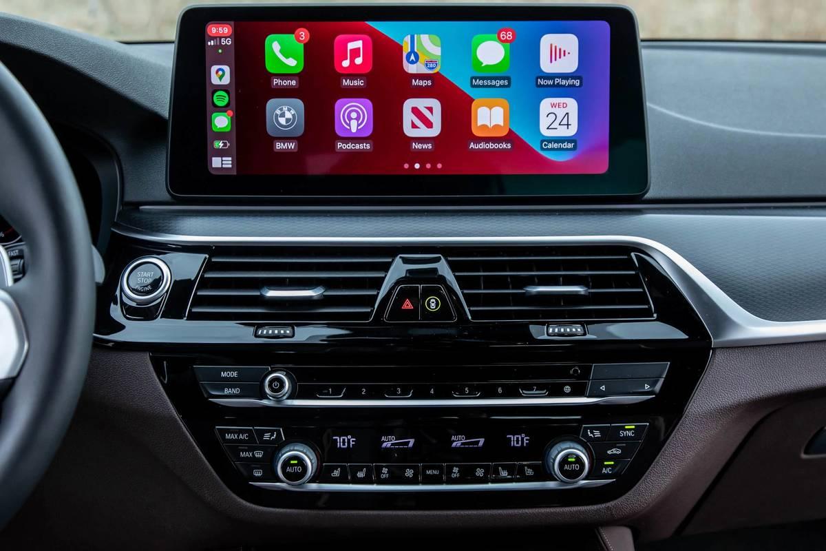 2021 BMW 540i M Sport infotainment system with Apple CarPlay