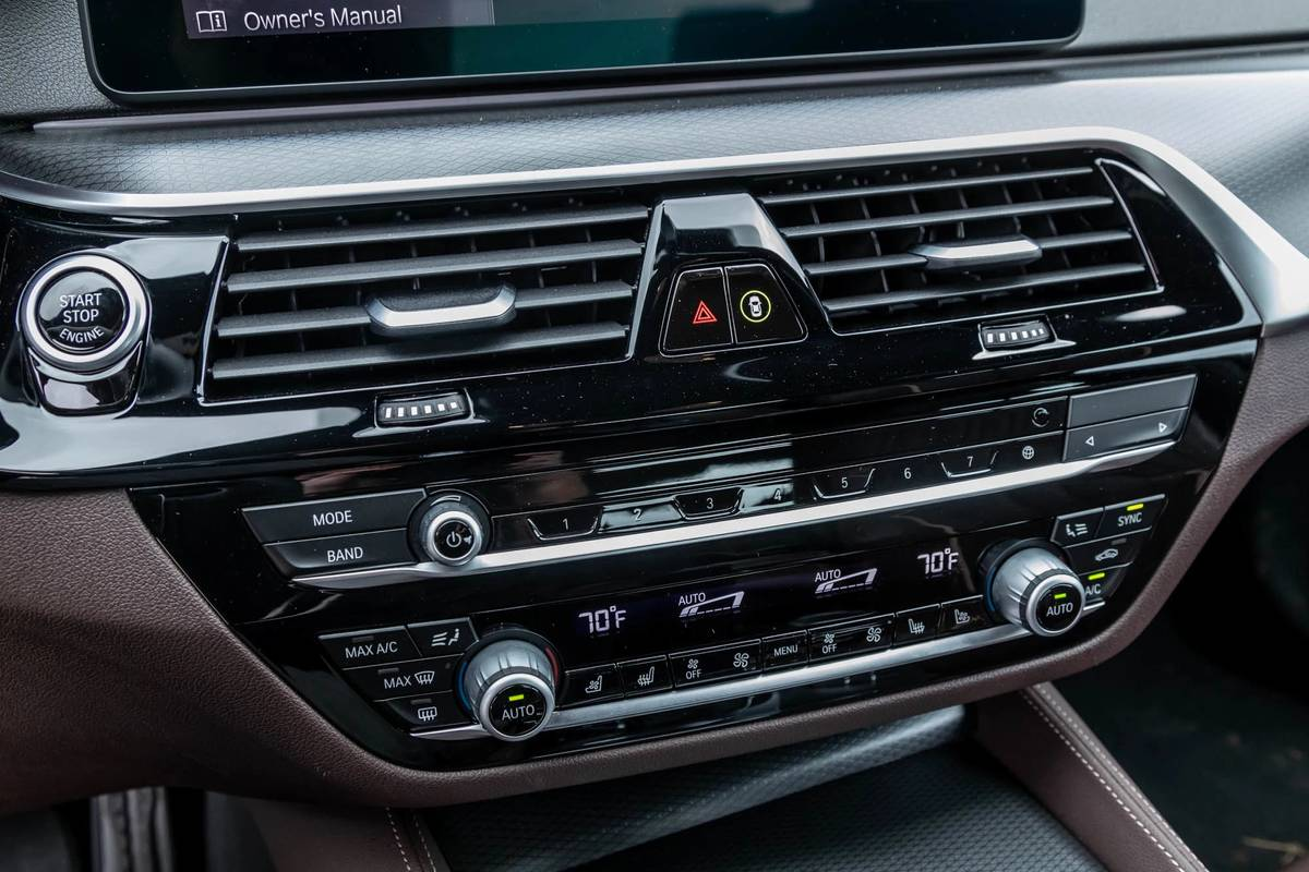 bmw-540i-x-drive-2021--28-center-stack--climate-control--front-row--interior.jpg