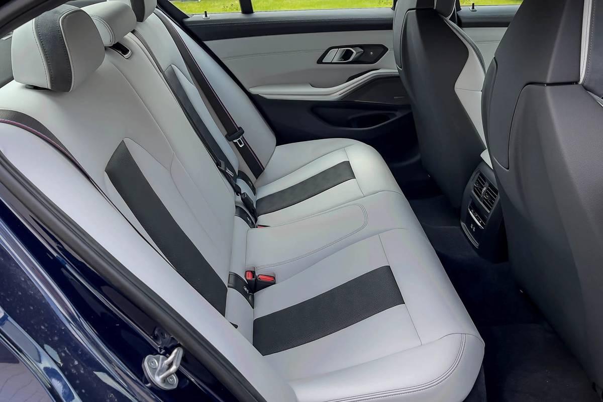bmw-m3-competition-2021--23-backseat--interior.jpg