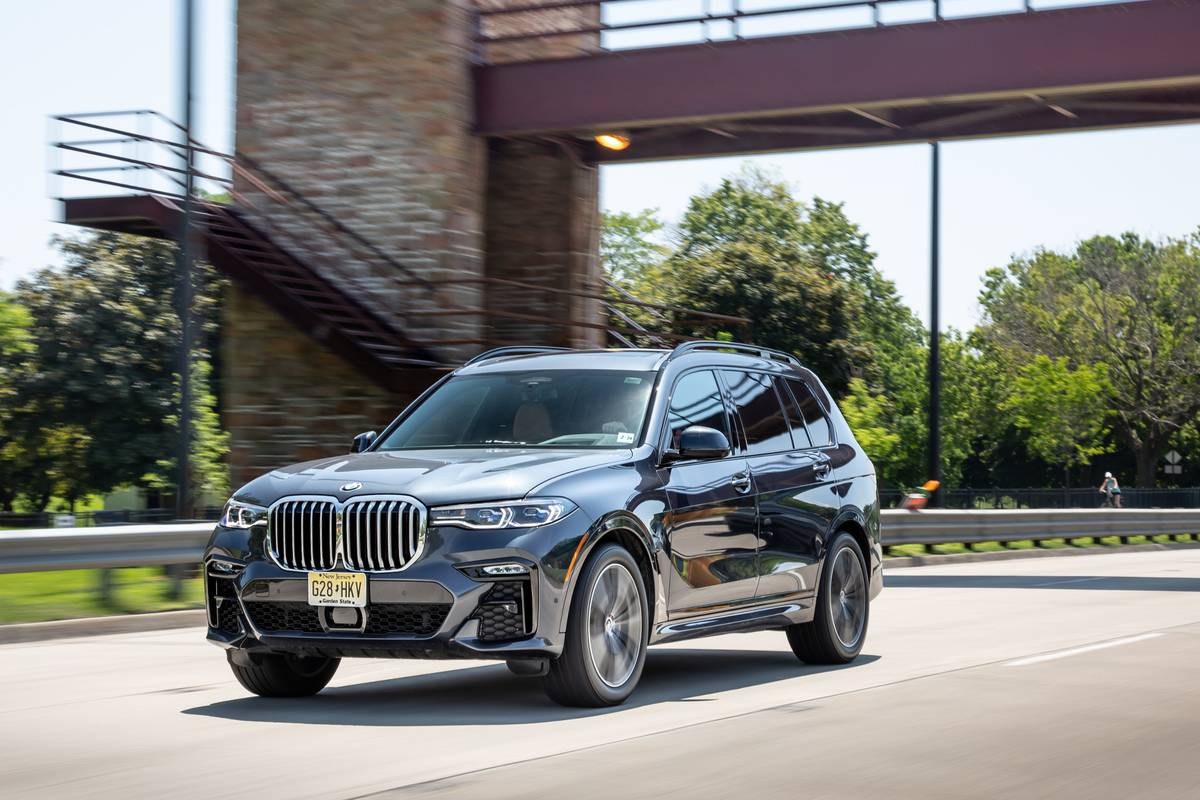 bmw-x7-50i-2019-01-angle--black--dynamic--exterior--front.jpg