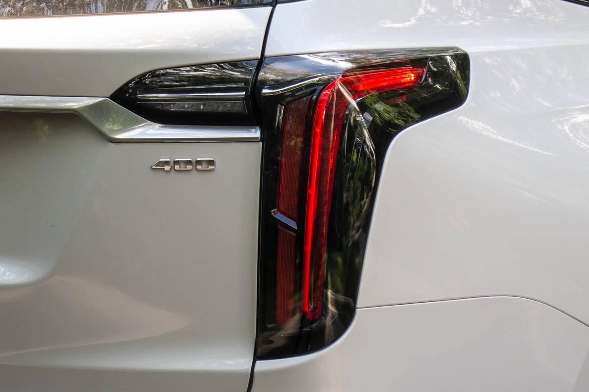 cadillac-xt6-2020-06-detail--exterior--rear--taillights--white.jpg