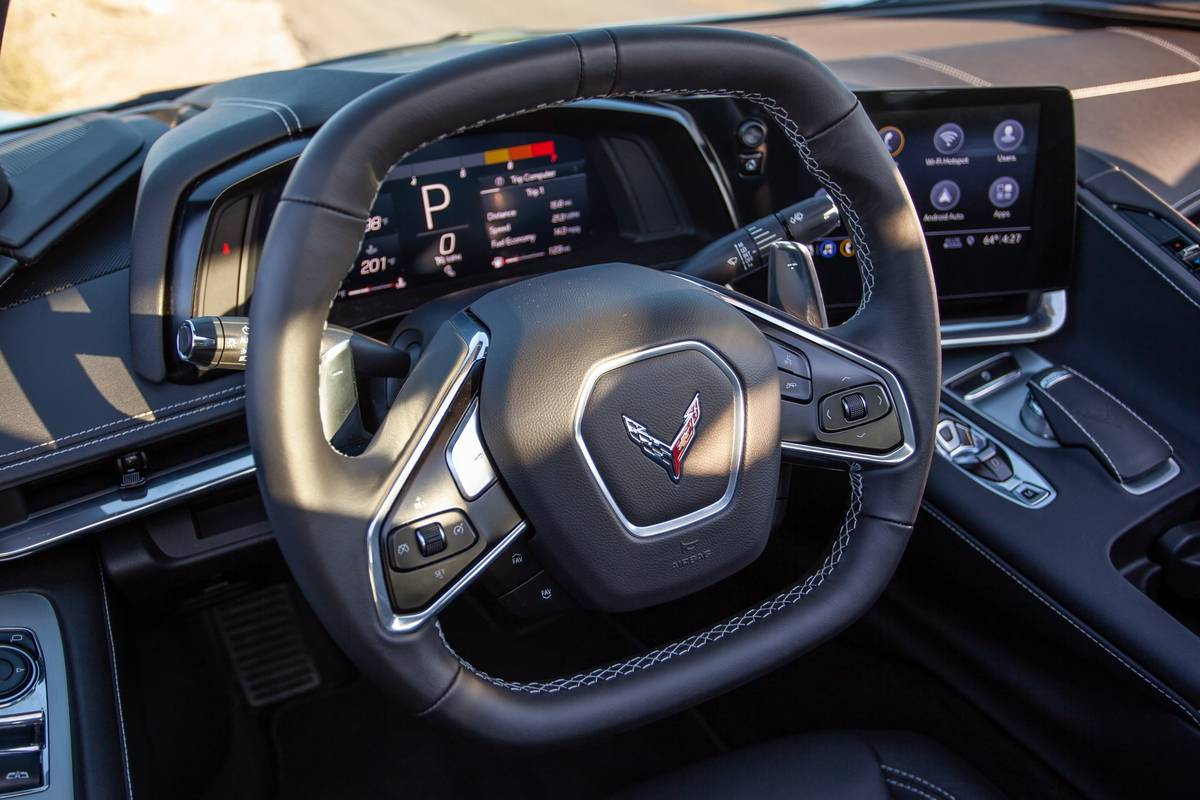 chevrolet-corvette-stingray-2020-15-badge--front-row--interior--steering-wheel.jpg