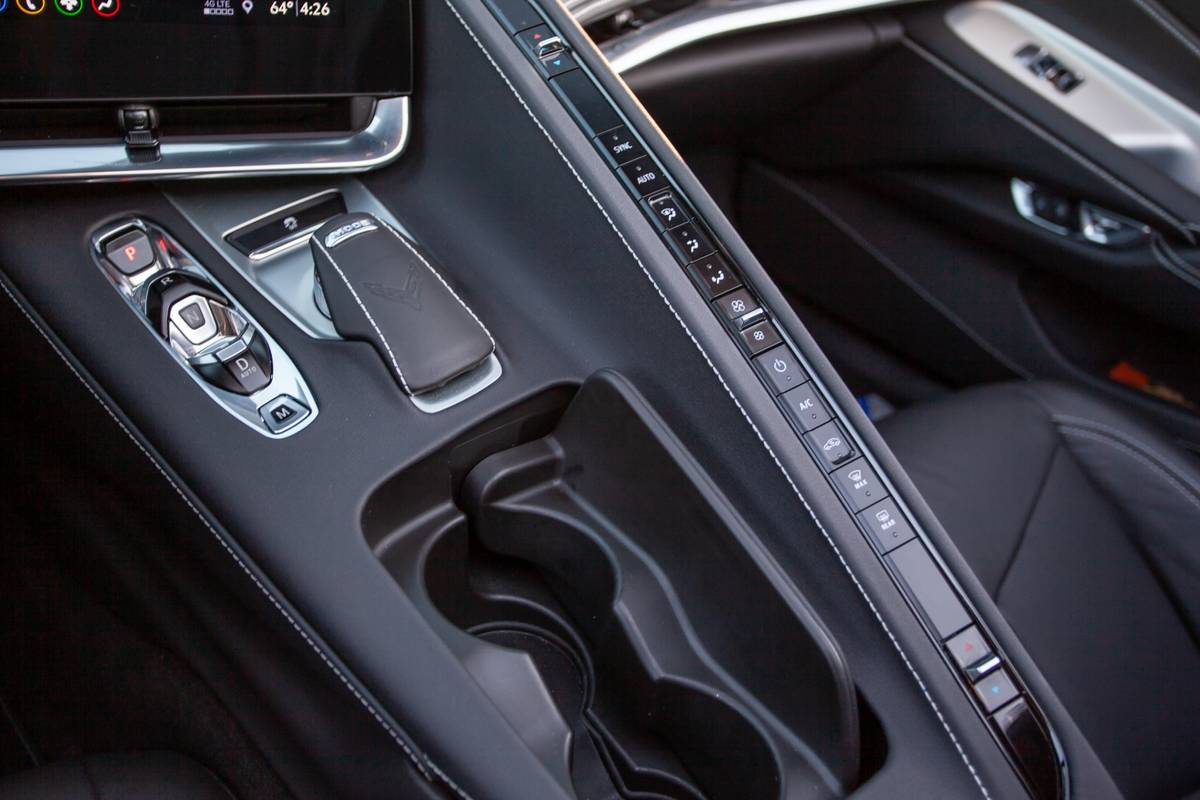 chevrolet-corvette-stingray-2020-16-controls--cupholders--front-row--gearshift--interior.jpg