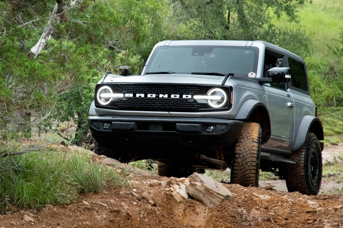 ford-bronco-2021-55-angle--blue--dynamic--exterior--front--off-road.jpg