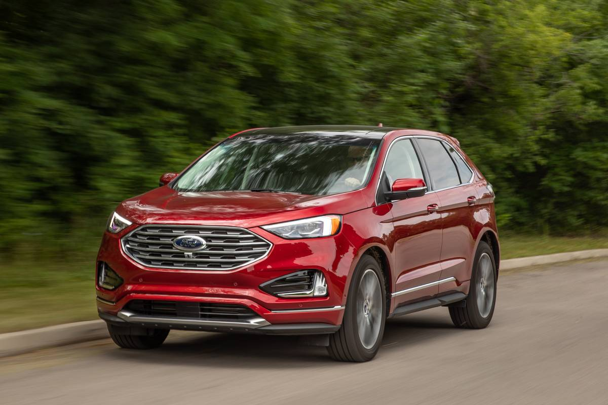 ford-edge-titanium-awd-2019-02-angle--dynamic--exterior--front--red.jpg