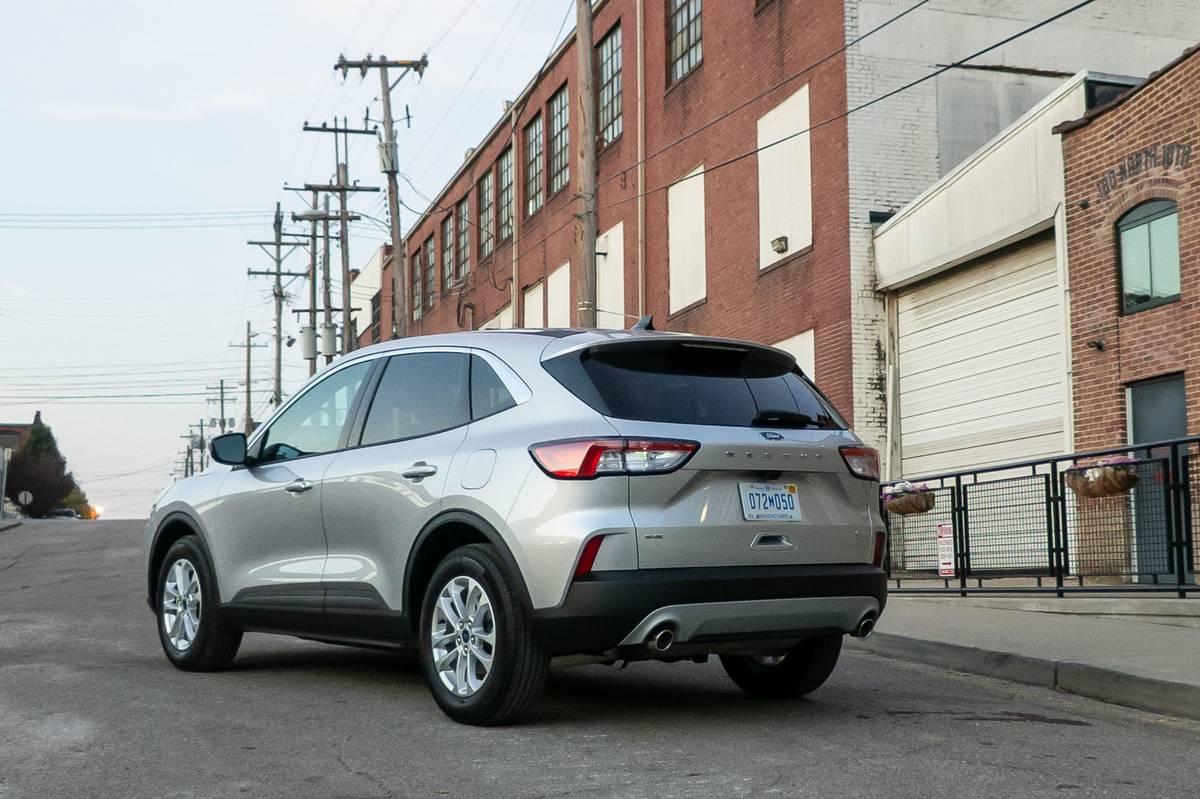 ford-escape-se-2020-04-angle--brick--exterior--rear--silver--urban.jpg