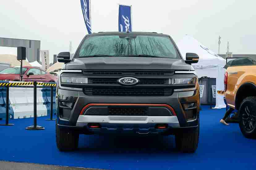 ford-expedition-2022-18-black-exterior-front-grille-suv