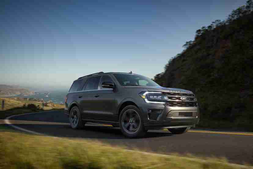 ford-expedition-stealth-edition-performance-2022-21-angle-exterior-front-grey-suv