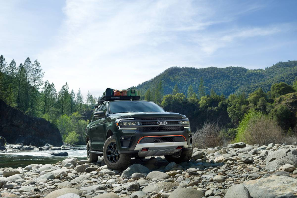 ford-expedition-timberline-series-2022-01-angle-exterior-front-green-suv-scaled