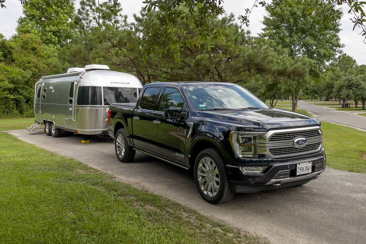 ford-f-150-hybrid-supercrew-limited--02-angle--black--exterior--front--towing.jpg