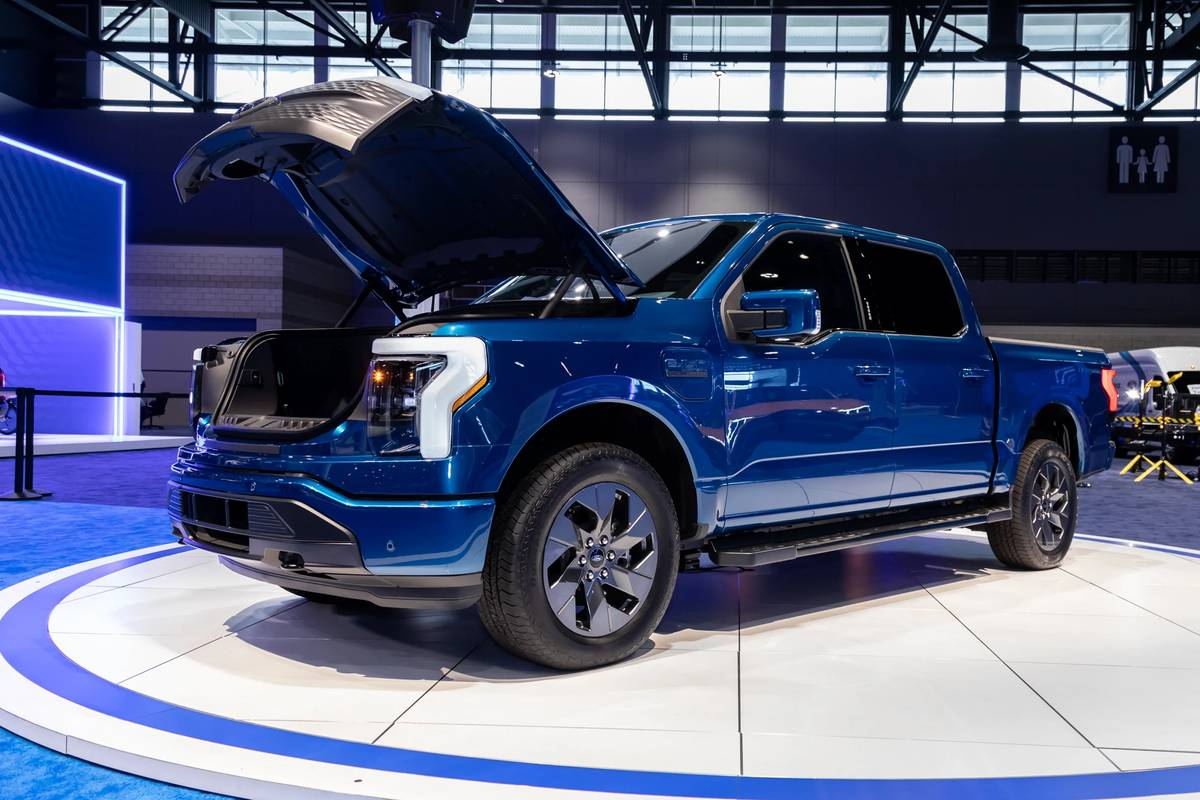 ford-f-150-lightning-2022-01-angle--blue--exterior--front.jpg