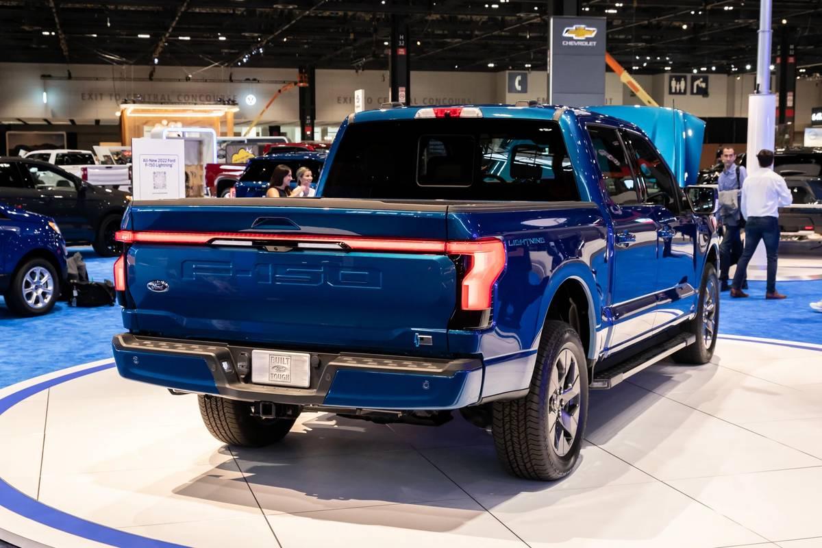 ford-f-150-lightning-2022-06-blue--exterior--rear-angle.jpg