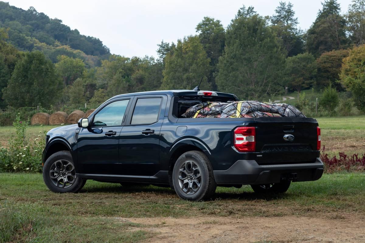 ford-maverick-2022-07-black-exterior-rear-angle-shadow-black-truck