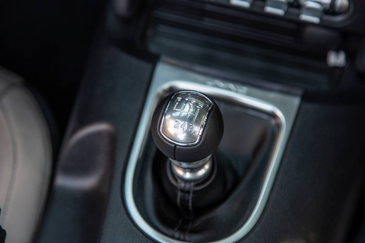 ford-mustang-ecoboost-2020-24-front-row--gearshift--interior.jpg