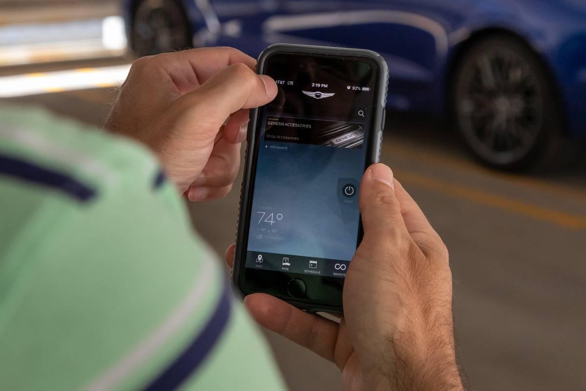 genesis-g70-2019-01-application--connectivity--hands--smartphone.jpg