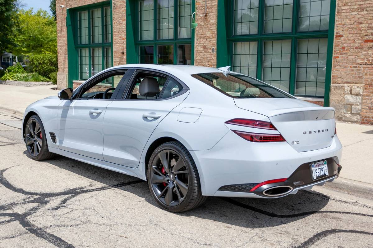 genesis-g70-rwd-3.3t-sport-prestige-2022-10-angle--exterior--rear--white.jpg
