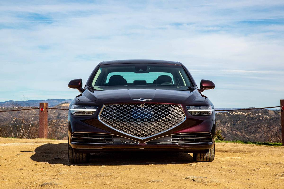 2020 Genesis G90 3.3T front grille and headlights