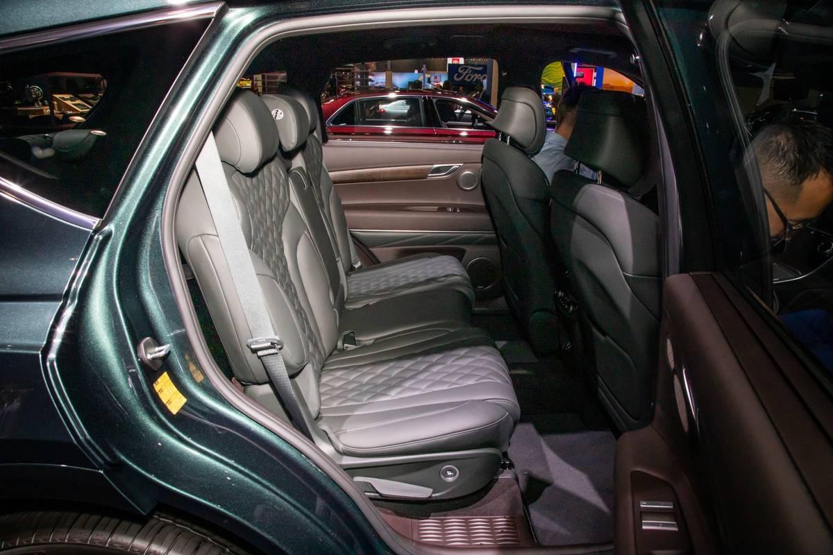 genesis-gv80-2021-20-interior--second-row.jpg