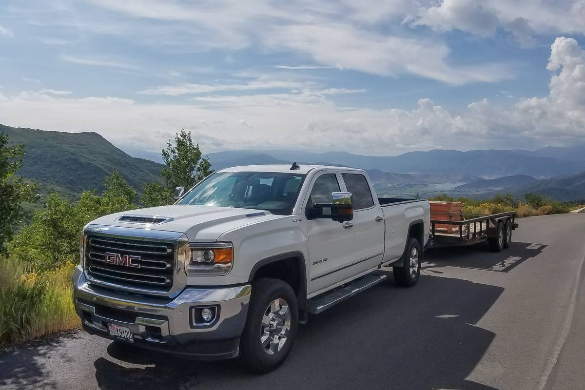 gmc-sierra-3500-2017-01-angle--exterior--front--mountains--towing--white.jpg