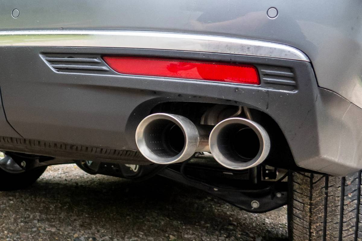 gmc-yukon-denali-2021-33-detail--exterior--rear--silver--tailpipes.jpg