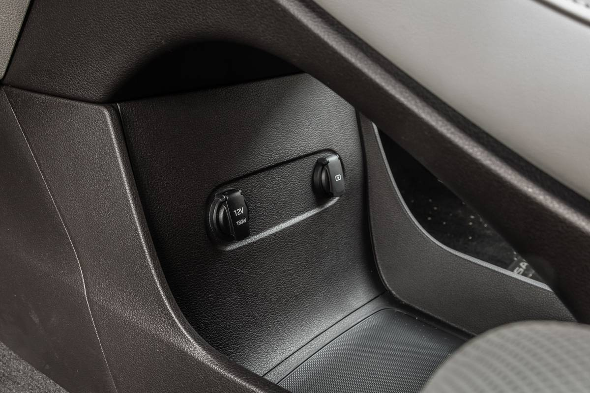 hyundai-palisade-2020-39-center-console--front-row--interior--outlet--storage.jpg