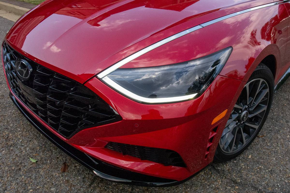 hyundai-sonata-2020-exterior--headlights--red-03.jpg