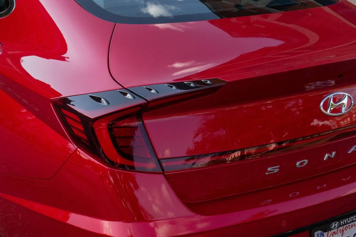 hyundai-sonata-2020-exterior--red--taillights-05.jpg