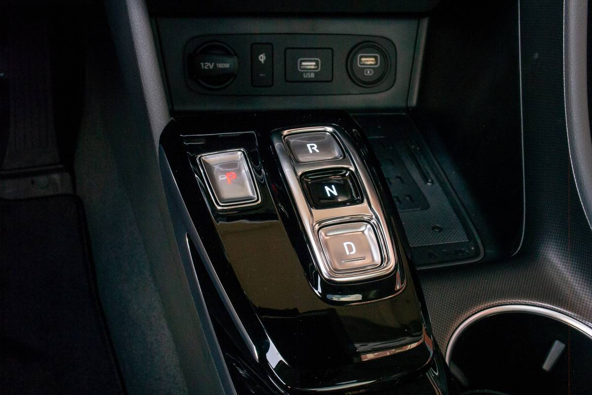 hyundai-sonata-2020-front-row--gearshift--interior-15.jpg