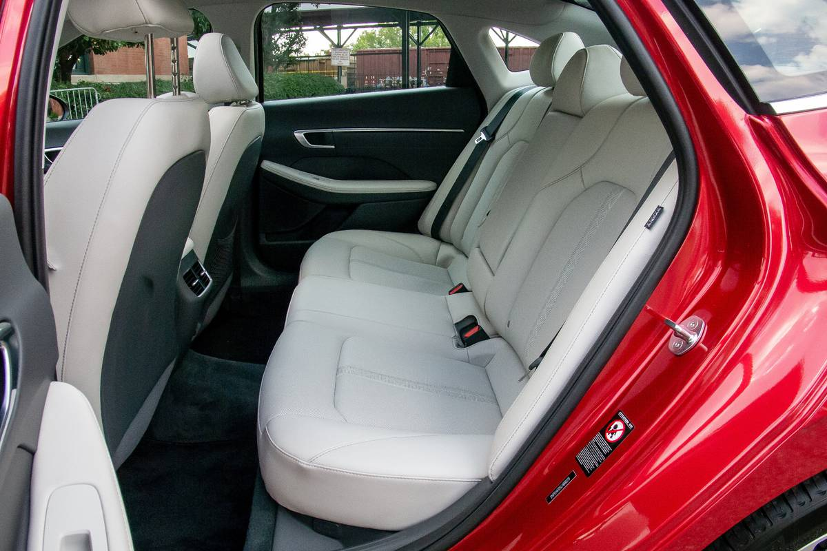 hyundai-sonata-2020-interior--rear-seats-28.jpg