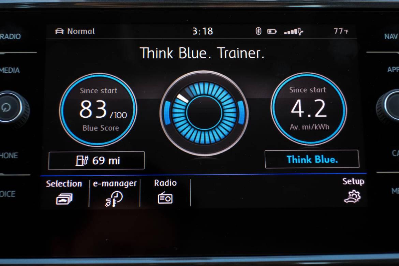 17Volkswagen_e-Golf_BW_18.jpg