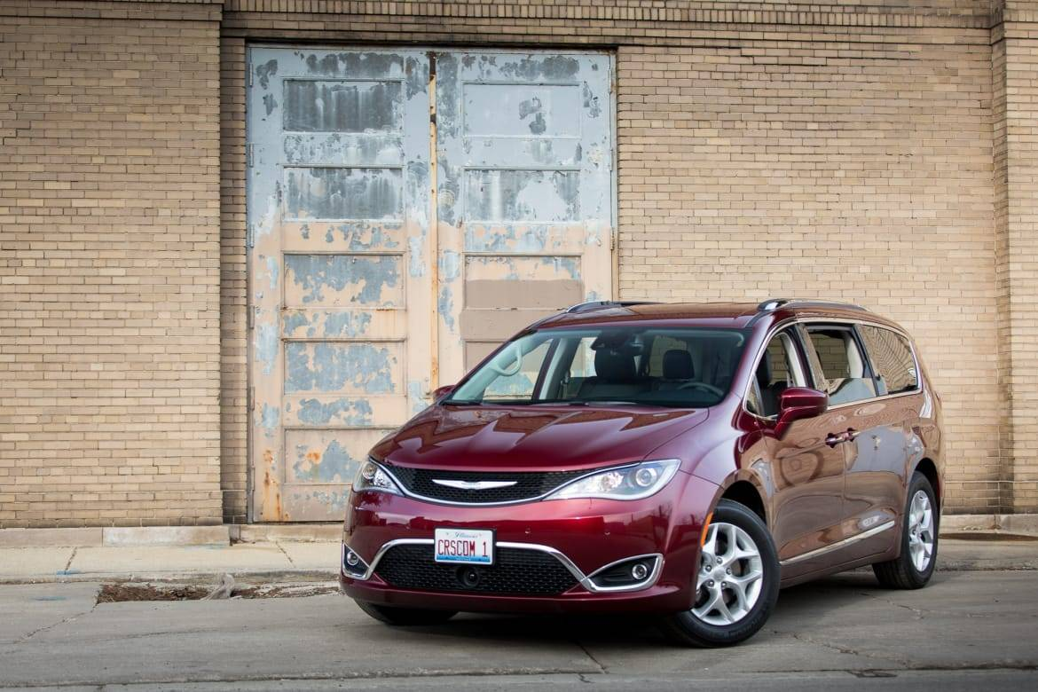 02-chrysler-pacifica-2017-angle--exterior--front--industrial--ou